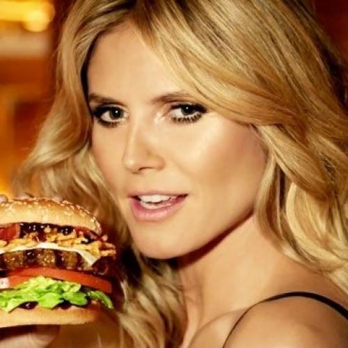 Quant'è sexy l'hamburger con modella