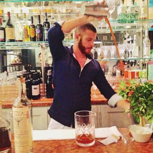 Cocktail e musica questa sera a Roma da Litro, Apartment Bar e Crostaceria. All'Hotel Adriano corso di avvicinamento al vino