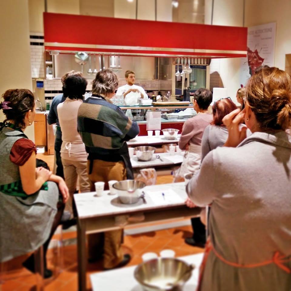 eataly organizza corsi di cucina con cadenza settimanale rivolti ad adulti e bambini e addirittura corsi di panificazione per chi voglia sfornare