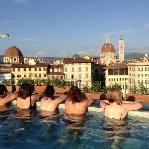 Aperitivo in piscina a Firenze, l'antidoto all'afa per chi resta in città