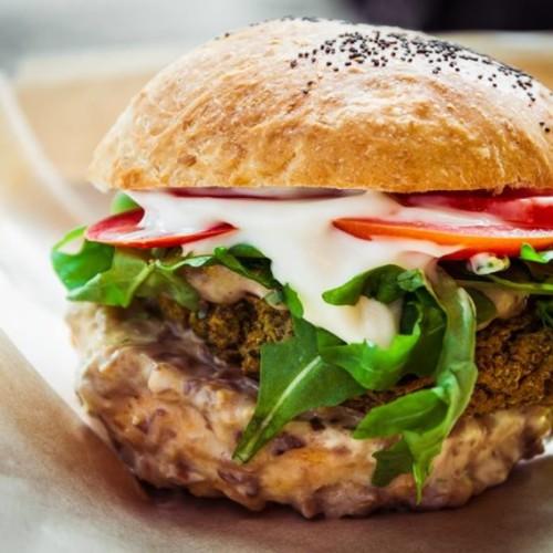 Hamburger vegetariani Milano, i cinque migliori locali dove mangiare polpette di tofu, soia e verdure
