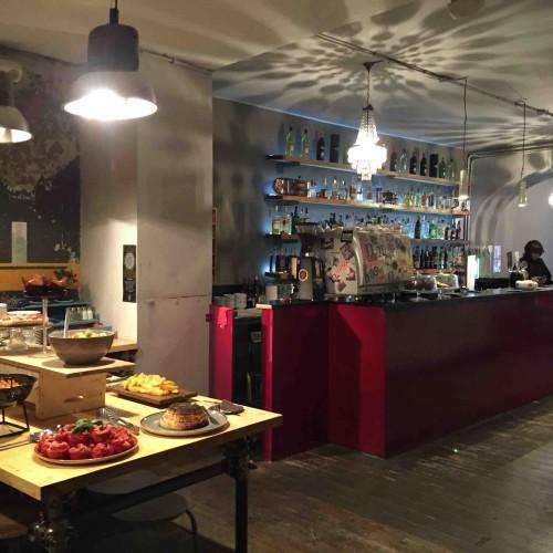 Analemma Roma, a Monti il nuovo cocktail bar con wrap e buffet ricercato (e simboli esoterici)