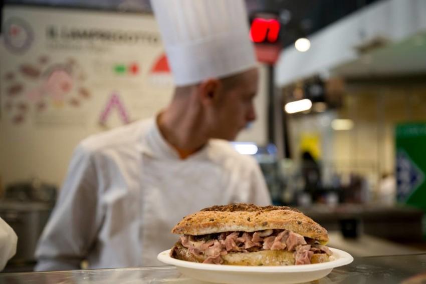 E' il re dello street food fiorentino. Al Mercato Centrale Firenze il panino al lampredotto firmato da Savini, Bedu e Nigro