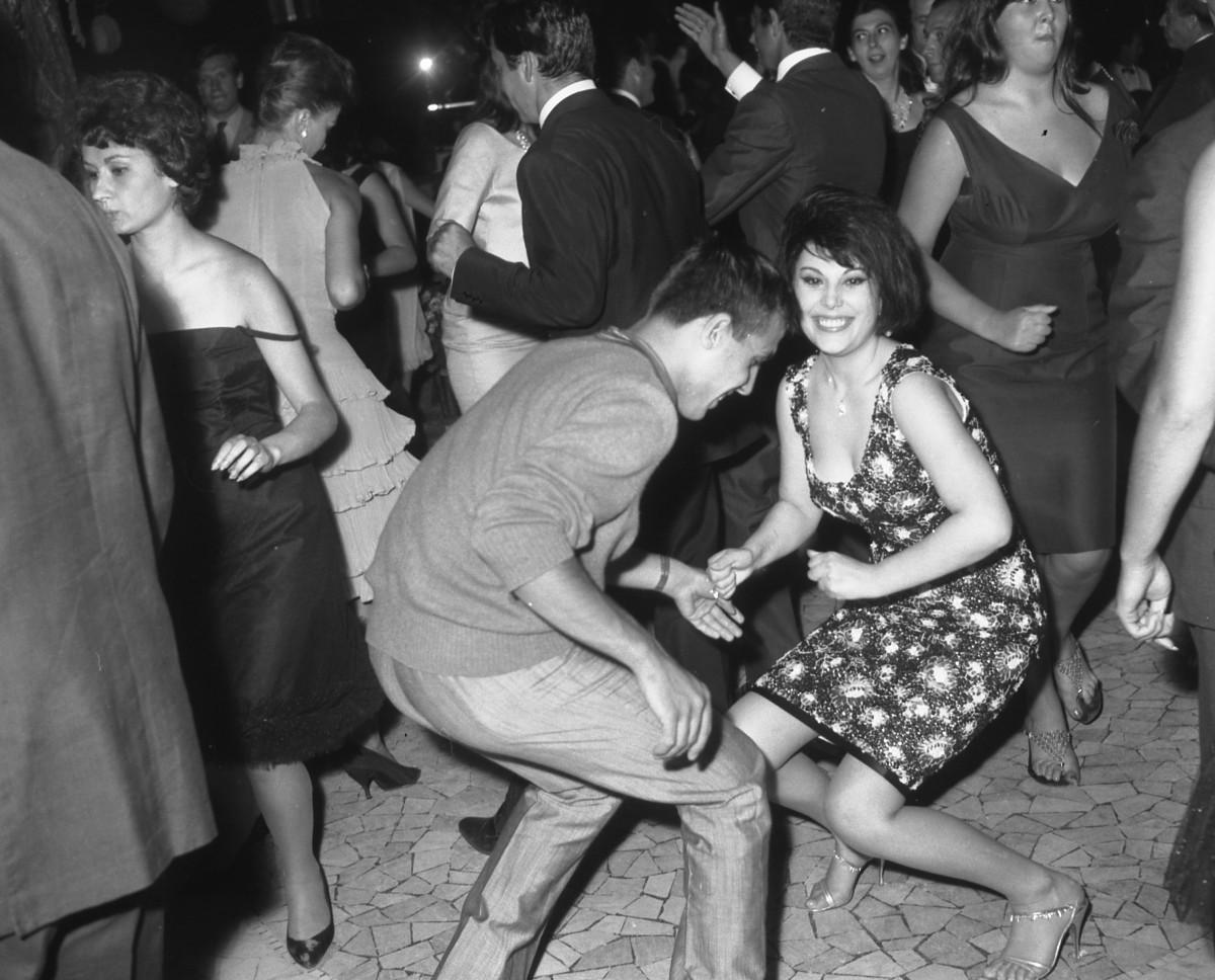 Adriano Celentano balla il twist con Daniela Rocca. 3 luglio 1962. Foto Marcello Geppetti (c) MGMC/dolceVita GALLERY