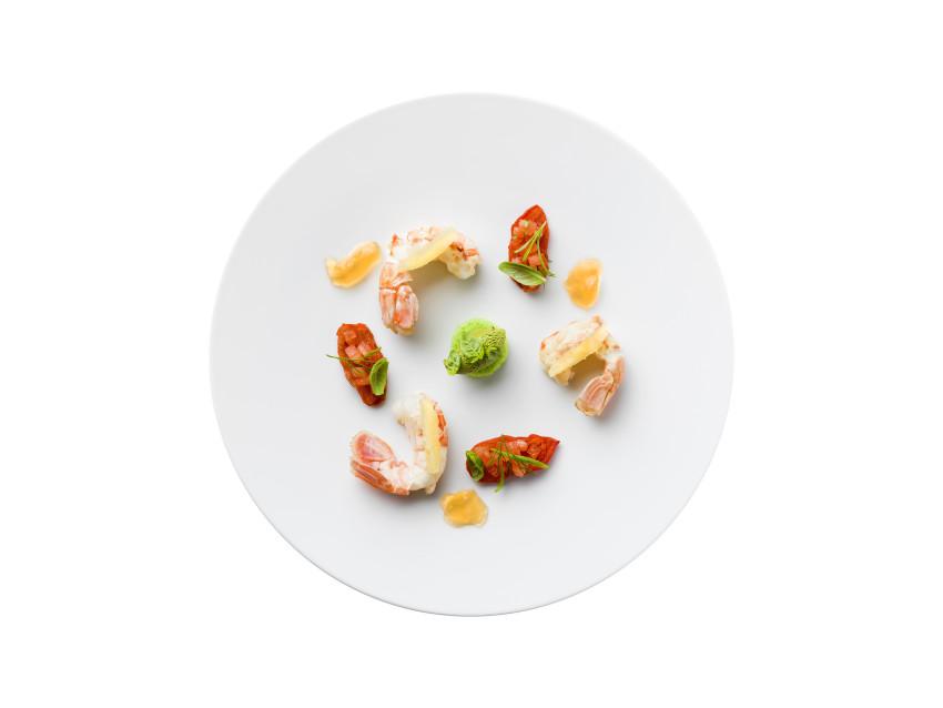 Scampi liguri appena scottati alla plancia battuto di pomodoro in salsa Vierge e biscotto genovese al basilico di Prà