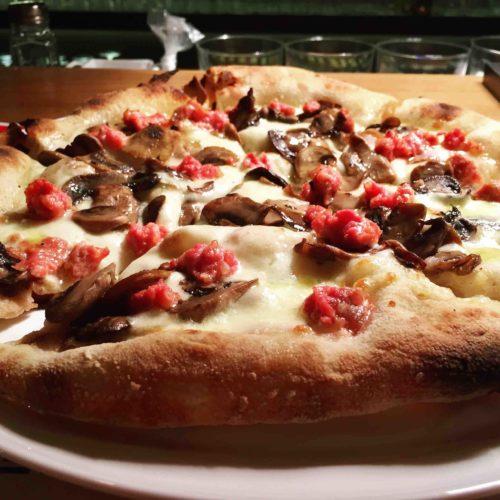 Spiazzo Roma, pizza gourmet (né romana né napoletana) e 'lingotti' fritti a Ostiense