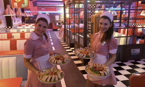 1950 American Diner Firenze, maxi hamburger e cameriere sui pattini nel nuovo fast food di via Nazionale