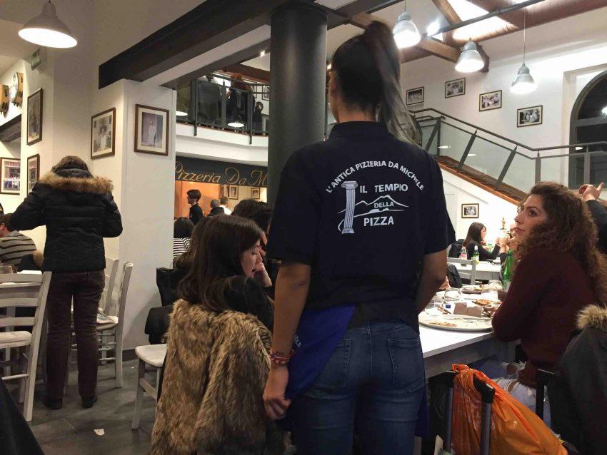 antica-pizzeria-da-michele-roma-cameriera
