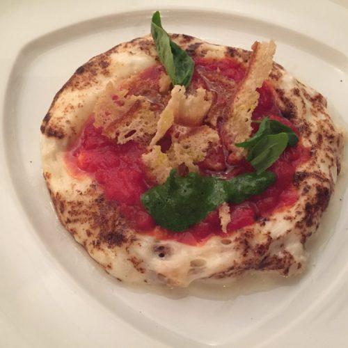 La pizza al contrario di Rosanna Marziale a Caserta: a base di mozzarella di bufala Dop senza farina né lievito