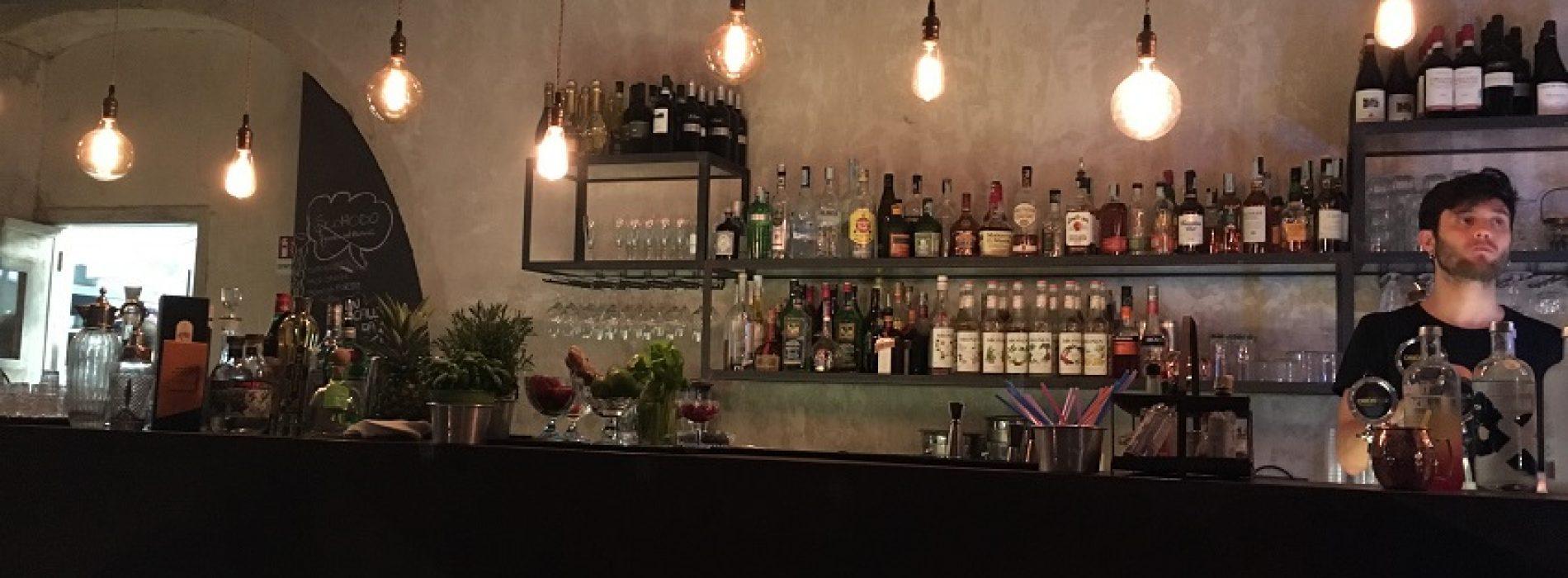 Scomodo Roma, galletto amburghese e cocktail 'Chicchirichì' nel locale di via Casilina (di fronte al tram)