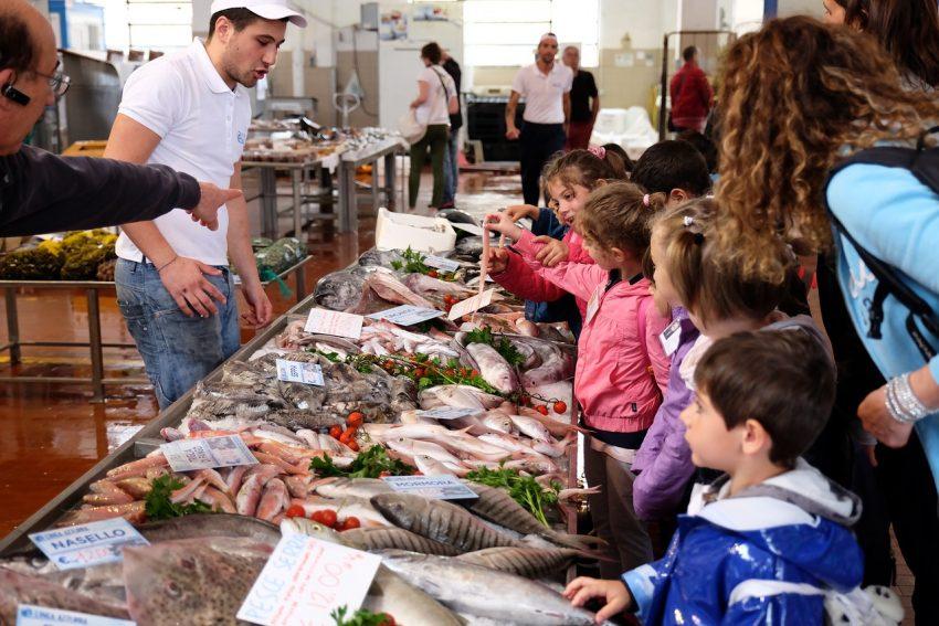 Mercato ittico - bambini-X2