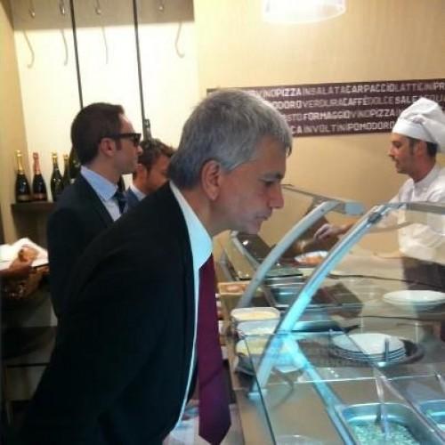 Vendola-Renzi, la pizza e il self service