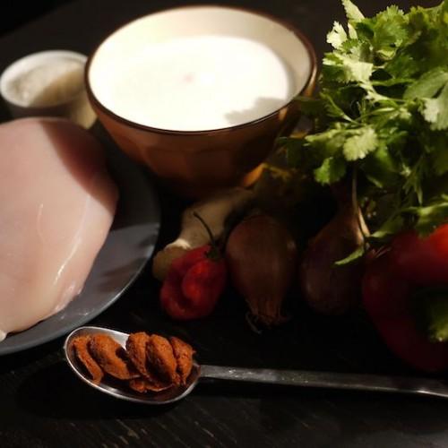 Curry rosso di pollo e riso thai al cocco