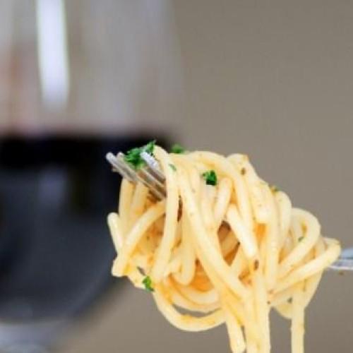 W la dieta mediterranea. Pasta e vino l'accoppiata vincente, parola di Calabrese