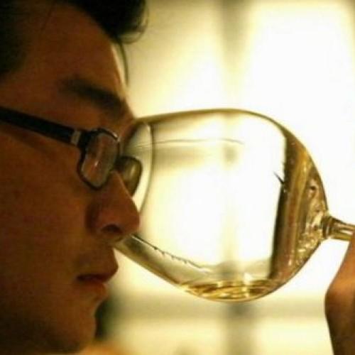 Per il falsario del vino Rudy Kurniawan 10 anni di carcere e 50 milioni di dollari di risarcimento