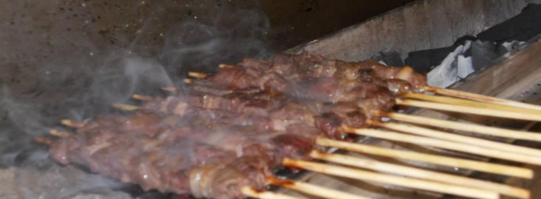 Dove mangiare gli arrosticini a Roma: quattro indirizzi per lo streetfood abruzzese (a costi contenuti)