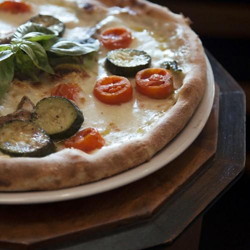 Camillo B. a Roma: pizza napoletana e piatti detox (con ping pong e biciclette) a piazza Cavour