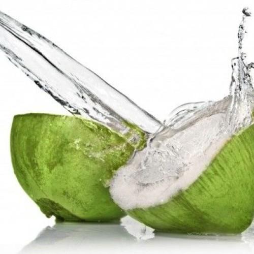 Acqua di cocco idratante e anti-stress, la nuova moda della bevanda utile anche per il post-sbronza