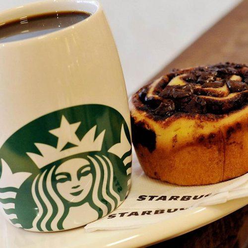 Starbucks a Milano in piazza Duomo con palme e banani: stavolta è vero