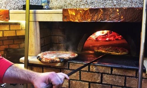 La pizza sospesa di Concettina ai Tre Santi a Napoli