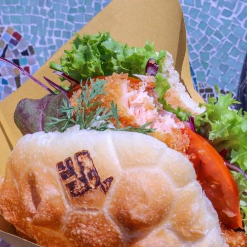 Panino Marino a Genova, sandwich con salame di polpo e cartocci di pesce fritto con vista Porto Antico