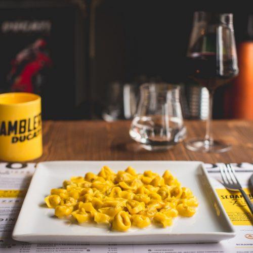 Scrambler Ducati Food Factory Bologna, pasta fresca, pizze e lambrusco nell'ex capannone alla Bolognina