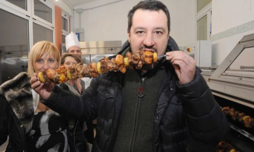 """Salvini mangia cipolle e salamelle, odia la trippa e va di fretta: """"Tre quarti d'ora di cena e via"""""""