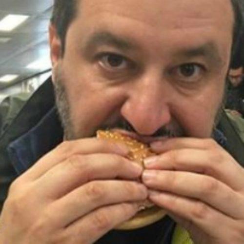 """La pizza di Di Maio, Salvini e Conte e il desolante """"magna magna"""" dei politici"""