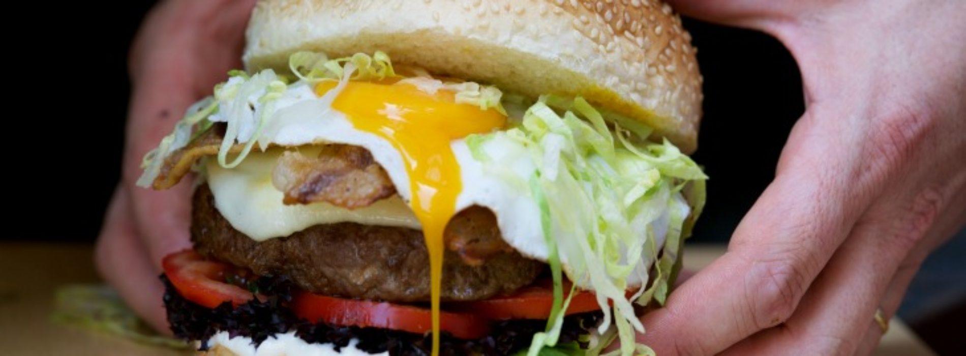 Fud bottega sicula a Milano, sui Navigli street food gourmet e tavoli sociali