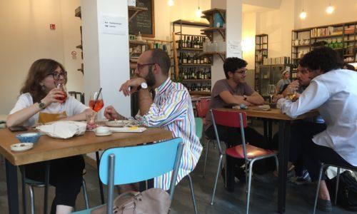 Tipografia Alimentare Milano, bottega retrò con vini naturali e gastronomia a Gorla