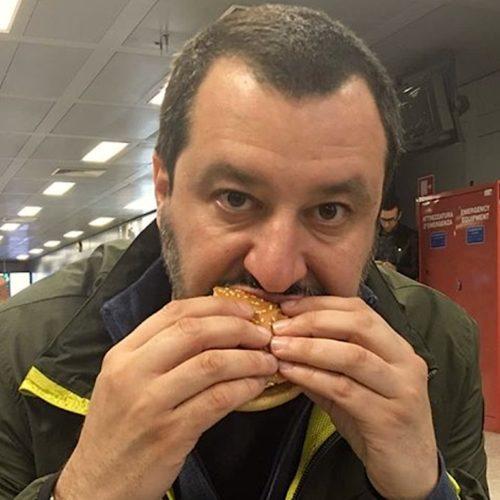 Salvini, il Barolo e il sugo Star: il vicepremier fa l'influencer come Chiara Ferragni