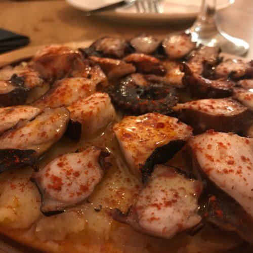 Hola Tapas Milano, polpo alla galiziana e jamon nel ristorante spagnolo di Arco della Pace