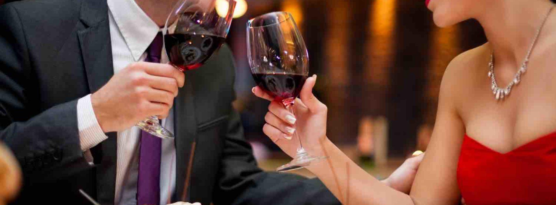 Chi paga il conto al ristorante? Galateo, buon senso e regole per lui e lei (senza dimenticare la mancia)