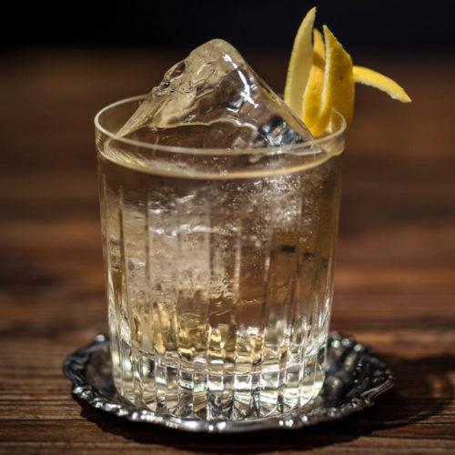 Gin tonic, come farlo in casa con i consigli del barman dell'Archivio Storico di Napoli
