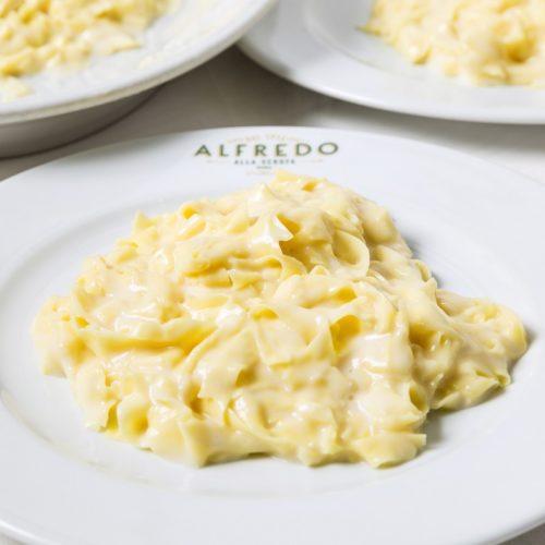 Le fettuccine Alfredo, come farle in casa con la ricetta di Alfredo alla Scrofa