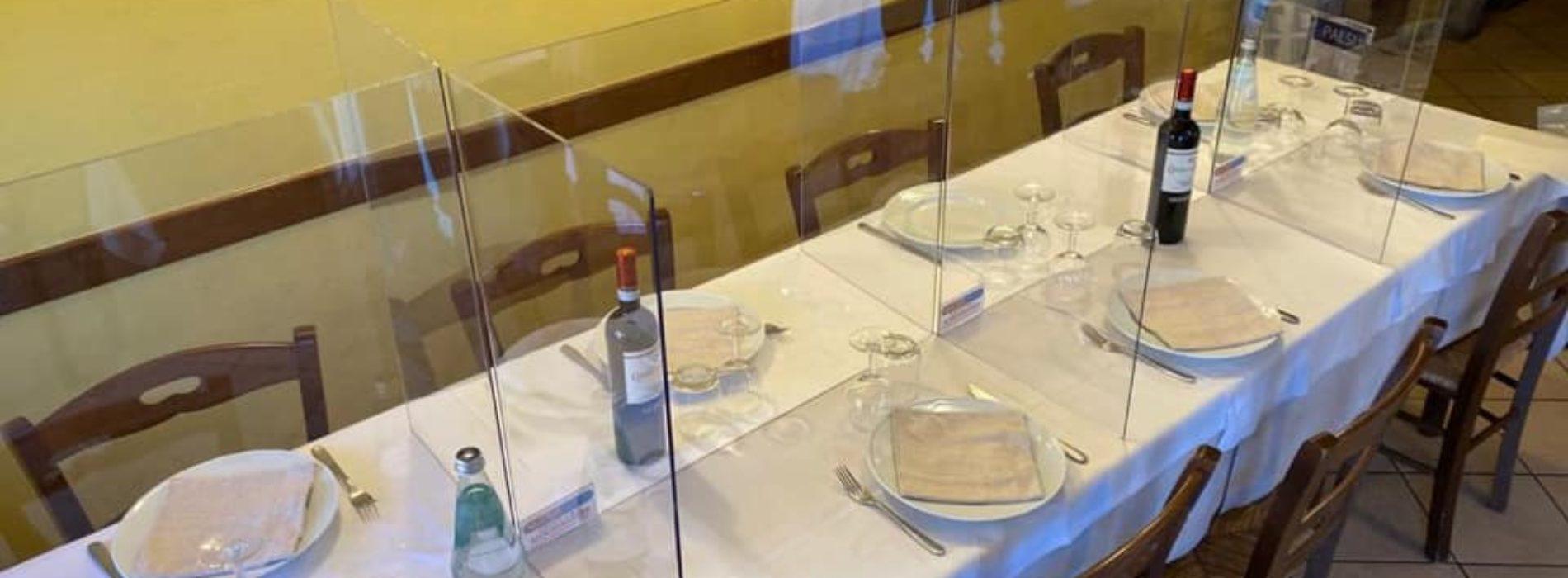 Divisori In Plexiglass Per Esterni tavoli monouso e plexiglas, le proposte assurde per