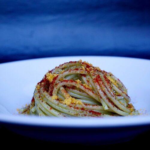 Spaghetti bottarga capperi e pesto di prezzemolo, come farli in casa con la ricetta dello chef Gallotta dell'osteria La Quercia