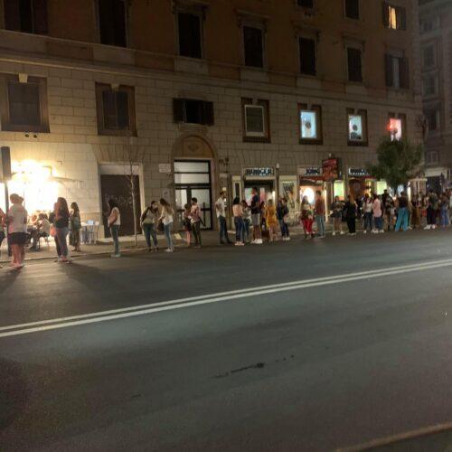 Pescaria Roma apre ed è subito fila, tutti pazzi per i panini di pesce