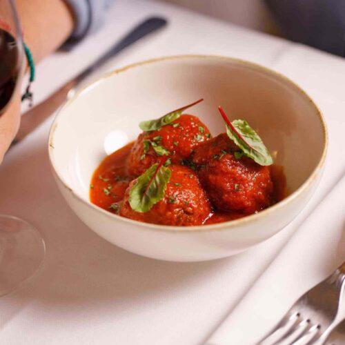 La ricetta delle polpette al sugo di nonna Adele, come farle in casa con lo chef Palmieri del ristorante BucaVino di Roma