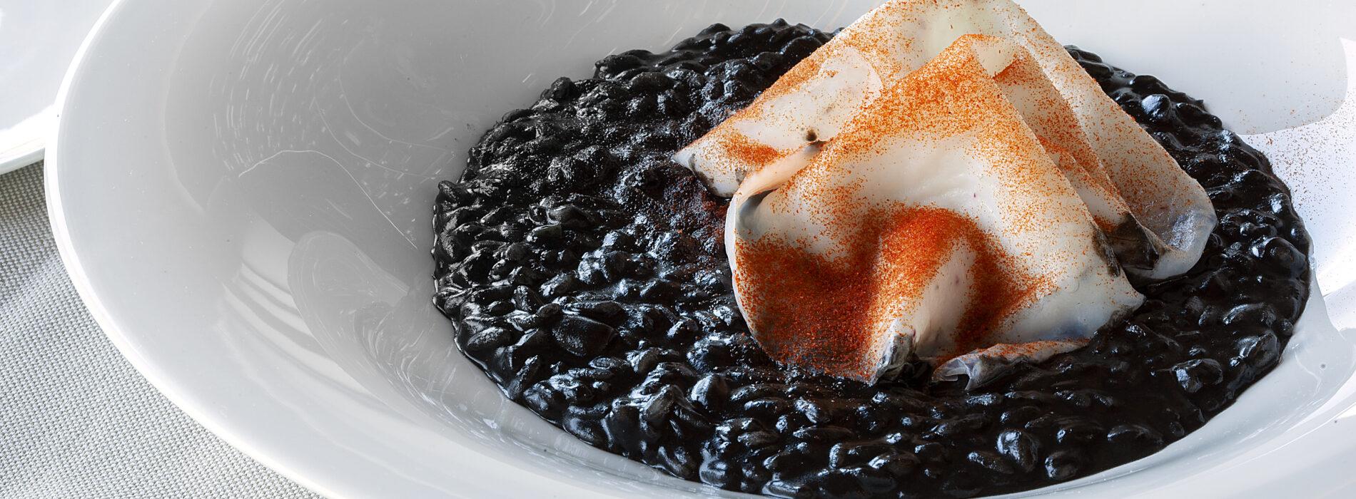 Riso con tartare di seppia, il suo nero e polvere di peperone arrostito: la ricetta di Ristorante Olio