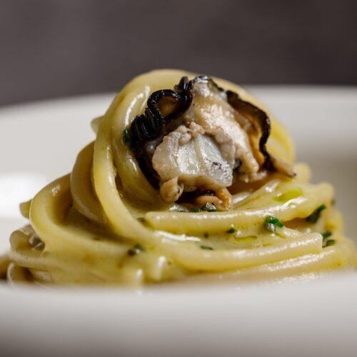 Spaghettone, ostrica e burro acido: la ricetta di Sintesi