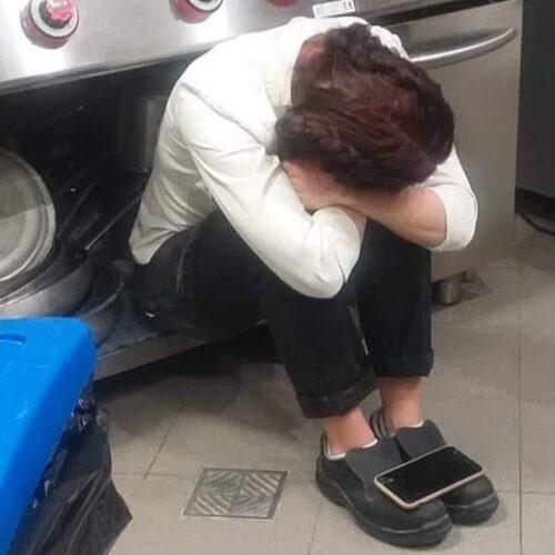 """Zona rossa, la foto della ristoratrice fa il giro del web: """"Sono senza lacrime e senza più dignità"""""""