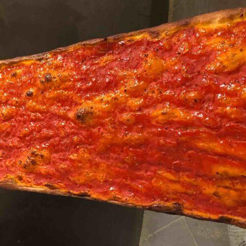 La pizza rossa di Roscioli: ecco perché c'è la fila fuori dall'Antico Forno